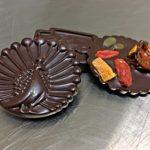 Physalis, mangue séchée, baies de goji, graines de courge et cranberries sur des mendiants en forme de paon