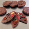 Physalis, mangue séchée, baies de goji, graines de courge et cranberries sur les mendiants