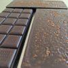 Caramel salé et chocolat noir dans une tablette bio